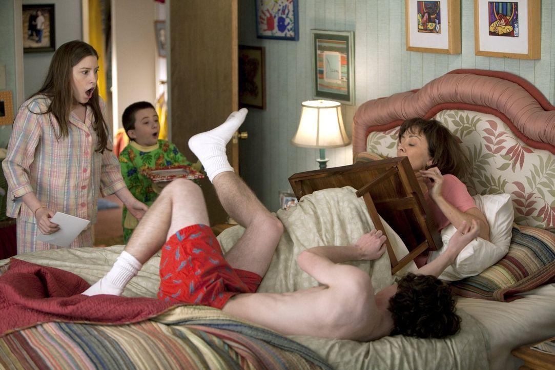 Obwohl sich Sue (Eden Sher, l.), Brick (Atticus Shaffer, 2.v.l.) und Axl (Charlie McDermott, 2.v.r.) Mühe geben, wird der Muttertag für Frankie (Pat... - Bildquelle: Warner Brothers