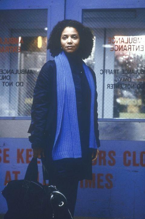 Jeanie Boulet (Gloria Reuben) verlässt nach einem anstrengenden Tag die Station. - Bildquelle: TM+  2000 WARNER BROS.