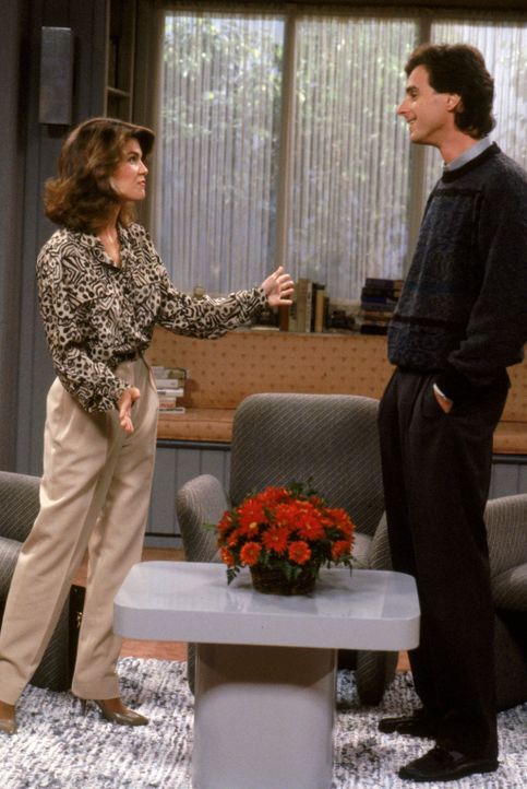 Danny (Bob Saget, r.)bekommt einen neuen Job und eine neue Kollegin: die charmante Rebecca Donalds (Lori Loughlin, l.) ... - Bildquelle: Warner Brothers Inc.