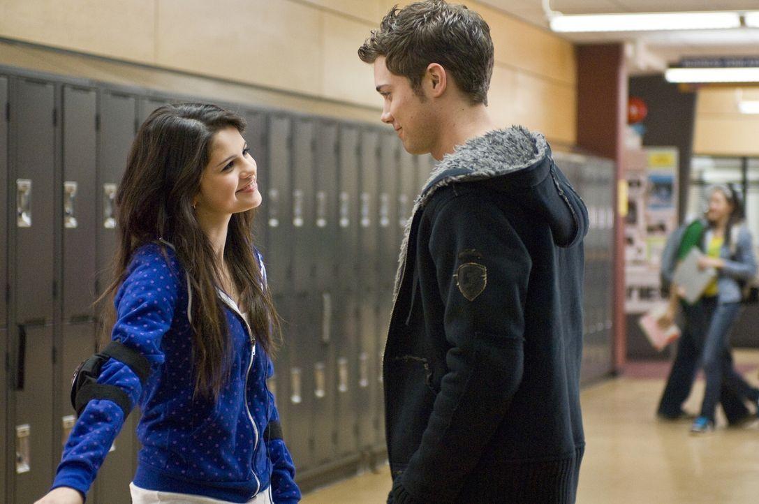 Noch ahnt Joey (Drew Seeley, r.) nicht, dass Mary (Selena Gomez, l.) das Mädchen vom Maskenball ist, das so toll tanzen kann ... - Bildquelle: Warner Brothers