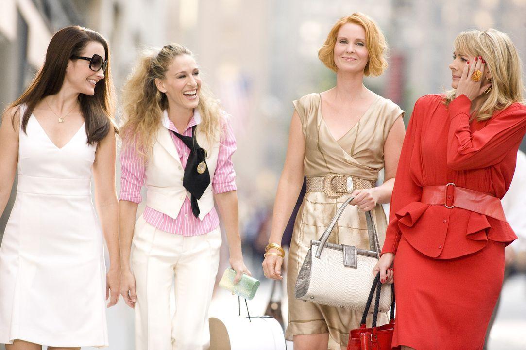 Die vier bekanntesten New Yorkerinnen beim Shoppen: Charlotte (Kristin Davis, l.), Carrie (Sarah Jessica Parker, 2 v.l.), Miranda (Cynthia Nixon, 2... - Bildquelle: Warner Brothers