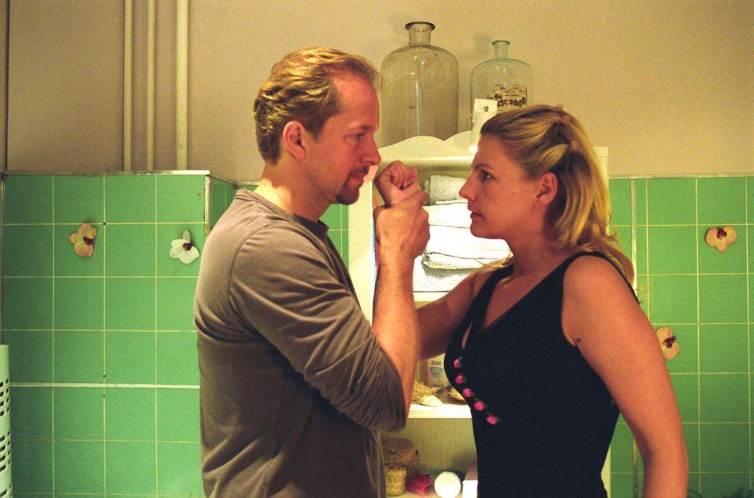 Jo (Jochen Horst, l.) bringt Sophie (Sophie Schütt, r.) mit seinen provokanten Bemerkungen über ihre neue Liebe, den blinden Schriftsteller Heinrich... - Bildquelle: Noreen Flynn Sat.1