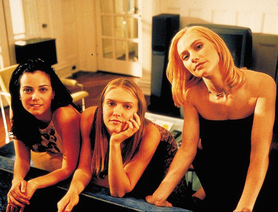 Als sich die Vorzeigestudentin (v.l.n.r.) Alicia (Mia Kirshner) mit Sidney (Dominique Swain) und Hadley (Meredith Monroe) anfreundet, ahnt sie nicht... - Bildquelle: 2003 Sony Pictures Television International. All Rights Reserved.