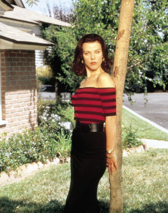Während Lydias Eltern von der Idee, wieder ans College zu gehen, nicht begeistert sind, unterstützt Jackie O'Grady (Debi Mazar) ihre Freundin bei de... - Bildquelle: CBS Television