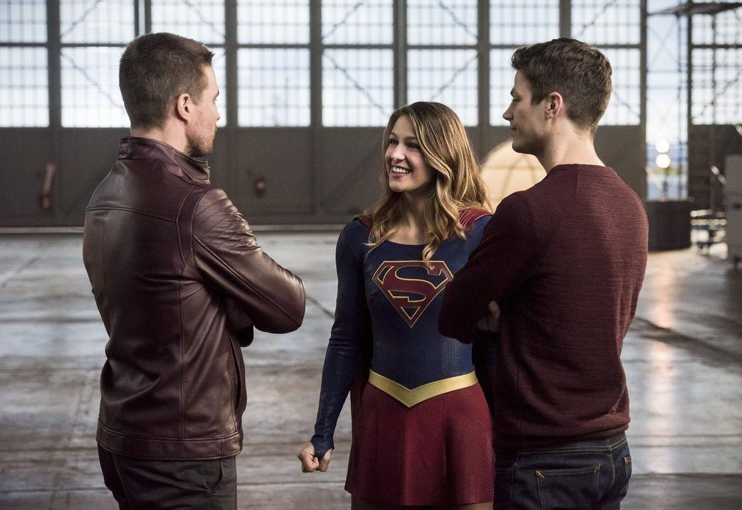 Nachdem seine eigentlichen Verbündeten erfahren, welche Folgen Barrys (Grant Gustin, r.) Zeitreisen auch für sie haben, stellen sie sich gegen ihn.... - Bildquelle: 2016 Warner Bros.