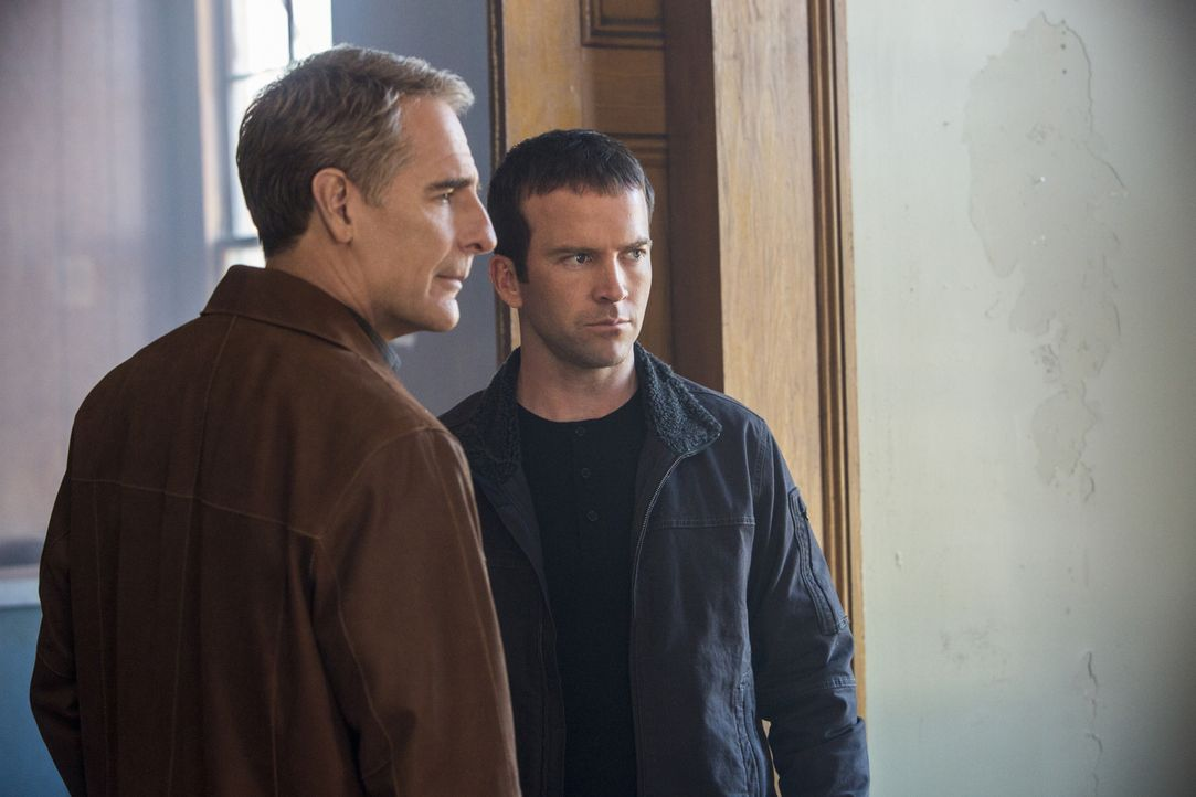 Versuchen alles, um den Mörder von Dr. Freddy Barlow und seine Freundin Pam Shore zu fassen: Pride (Scott Bakula, l.) und Lasalle (Lucas Black, r.)... - Bildquelle: 2015 CBS Broadcasting, Inc. All Rights Reserved