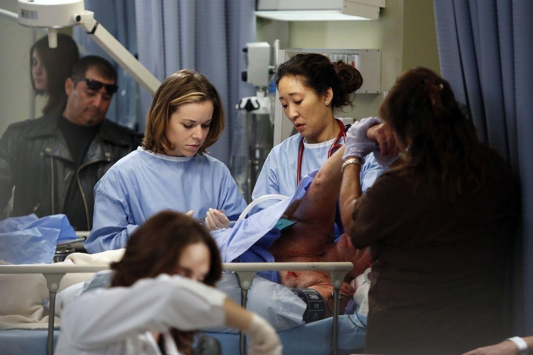 Versuchen alles, um Leben zu retten: Heather (Tina Majorino, Mitte l.) und Cristina (Sandra Oh, Mitte r.) ... - Bildquelle: ABC Studios