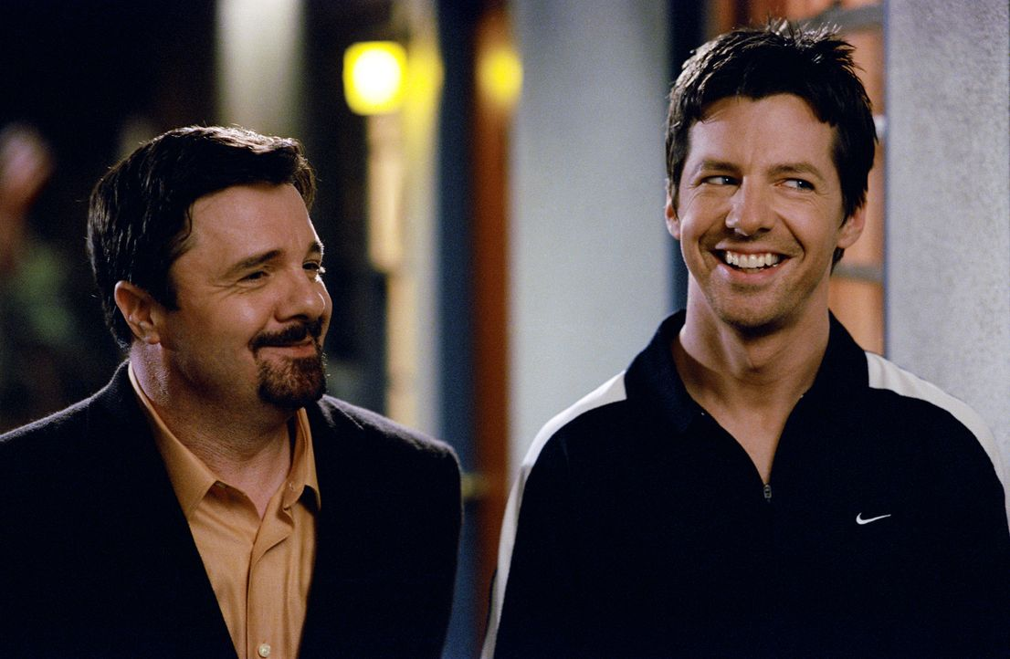 Mit einem Gewinnspiel wollen Agent Richard Levy (Nathan Lane, l.) und Manager Richard Levy (Sean Hayes, r.) gegen das negative Image von Hollywoodst... - Bildquelle: 2004 DreamWorks LLC. All Rights Reserved.