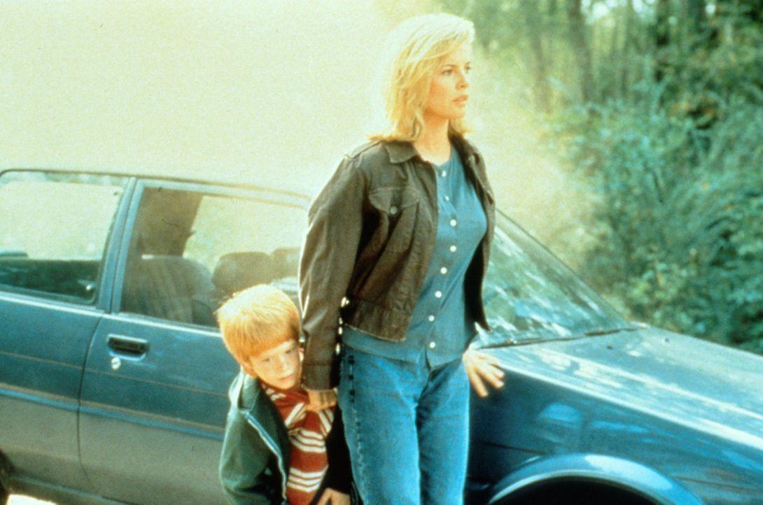 Die aus dem Gefängnis entlasse Bankräuberin Karen McCoy (Kim Basinger, r.), ist fest entschlossen, mit ihrem kleinen Sohn Patrick (Zach English, l.)... - Bildquelle: Universal Pictures