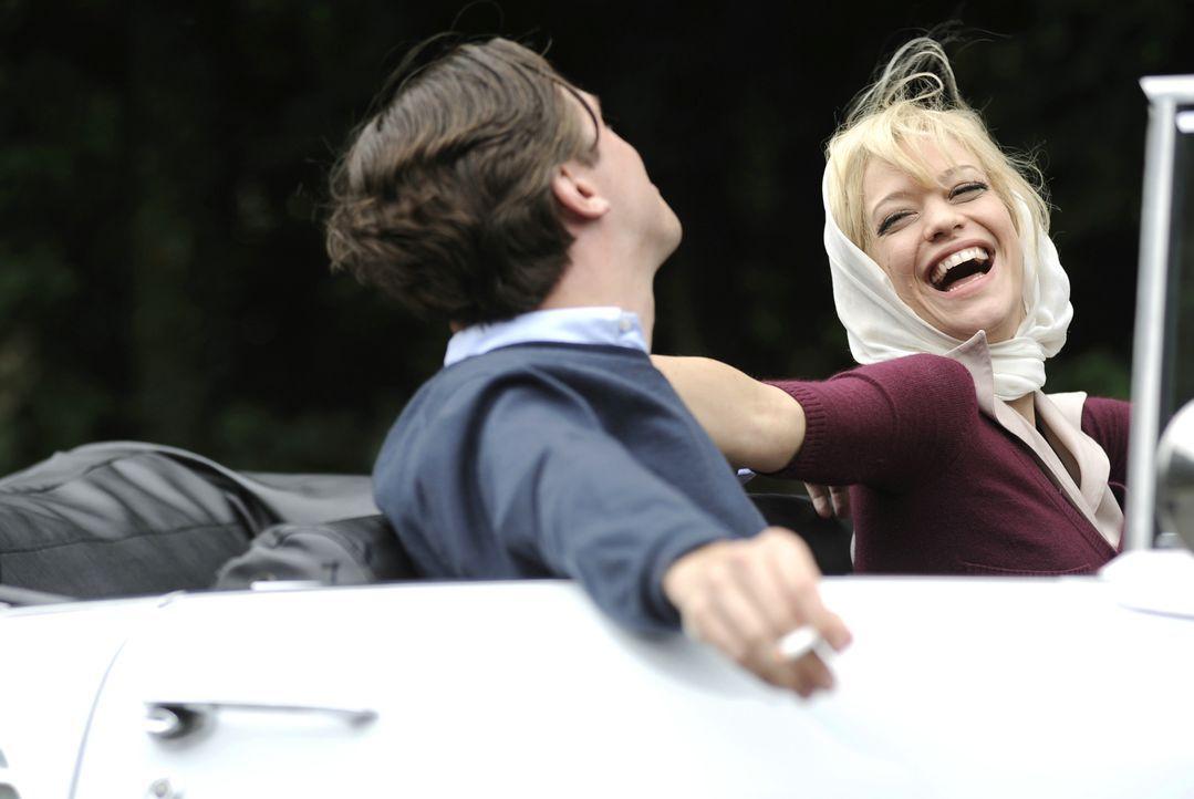 Hilde (Heike Makatsch, r.) und David (Dan Stevens, l.) geniessen ihr junges Eheglück. - Bildquelle: Warner Brother