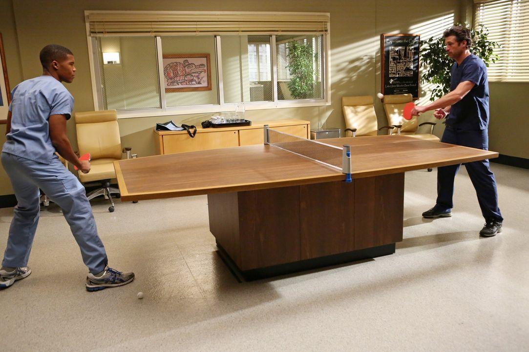 Um seine Hand wieder auf Vordermann zu bringen, wird Derek (Patrick Dempsey, r.) von Callie zum Tischtennisspielen verdonnert und Shane (Gaius Charl... - Bildquelle: ABC Studios