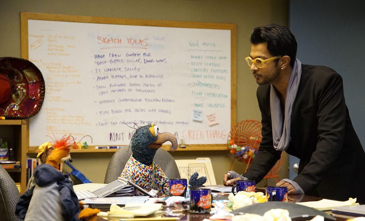 Gonzo (M.) und Pepe (l.) lassen sich von Pizza (Utkarsh Ambudkar, r.) um den Finger wickeln, während Kermit sehnsüchtig auf eine Antwort von Denise... - Bildquelle: Kelsey McNeal ABC Studios