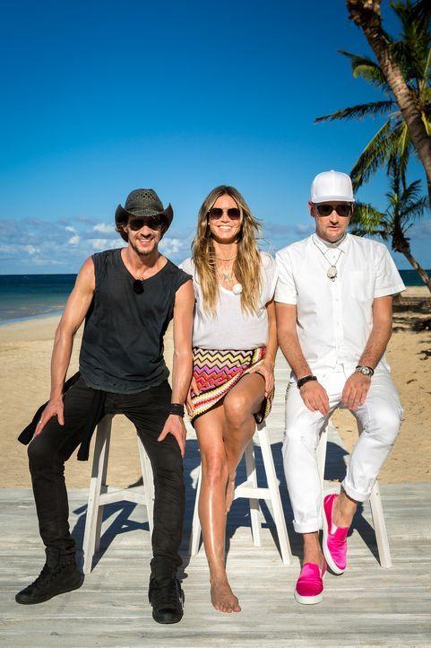 Auch dieses Jahr sucht Heidi Klum (M.) wieder das schönste Mädchen Deutschlands. Am karibischen Traumstrand sind Thomas Hayo (l.) und Michael Michal... - Bildquelle: Martin Ehleben ProSieben