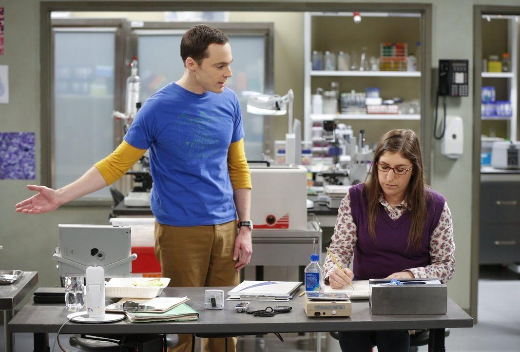 Sheldon (Jim Parsons, l.) kann es nicht glauben, dass Amy (Mayim Bialik, r.) Barry Kripke einen Ratschlag gegeben hat, der ihm geholfen hat, einen A... - Bildquelle: Warner Bros. Television