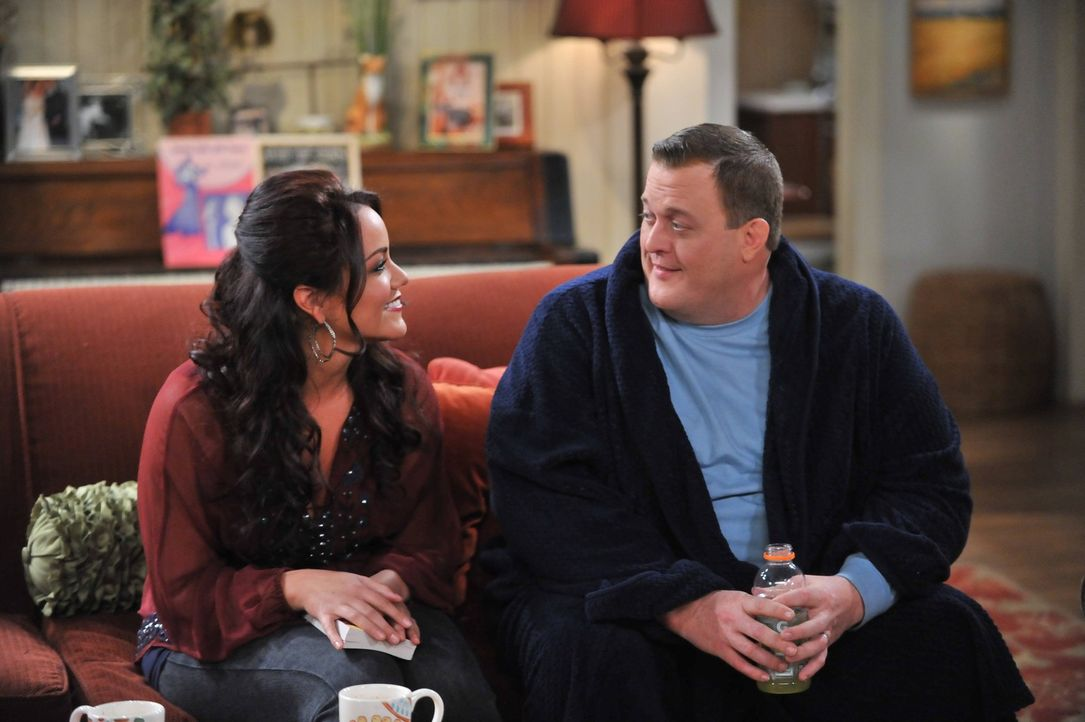 Erleben einen ganz besonderen Abend: Victoria (Katy Mixon, l.) und Mike (Billy Gardell, r.) ... - Bildquelle: Warner Brothers