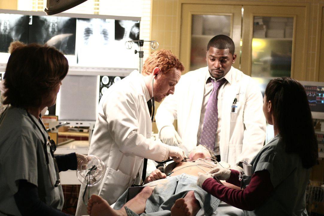 Morris (Scott Grimes, 2.v.l.), Pratt (Mekhi Phifer, 2.v.r.) und Inez (April Lee Hernandez, r.) kümmern sich um Barry Kendrick (Shane Haboucha, liege... - Bildquelle: Warner Bros. Television