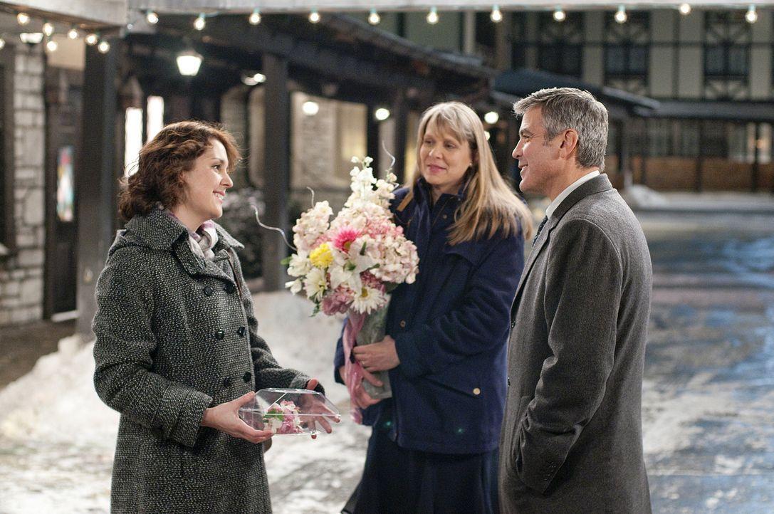 Zunächst kann Ryan (George Clooney, r.) dem Familienleben von seiner Schwester (Amy Morton, M.) und seiner Nichte (Melanie Lynskey, l.) wenig abgewi... - Bildquelle: TM and   2009 by DW Studios LLC. All rights reserved.
