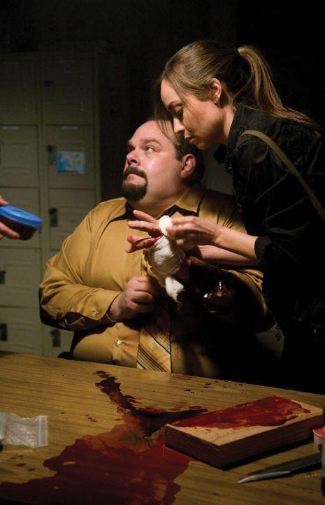 Kann Sterling (Courtney Ford, r.) Tarkey (Joel McCrary, l.) noch retten? - Bildquelle: 2007 Warner Bros. Entertainment INC.