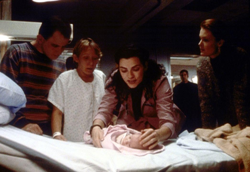 Die geistig behinderte Mary (Lily Knight, 2.v.l.) hat ein gesundes Mädchen zur Welt gebracht. Jetzt muss Hathaway (Julianna Margulis, 3.v.l.) nur no... - Bildquelle: TM+  2000 WARNER BROS.