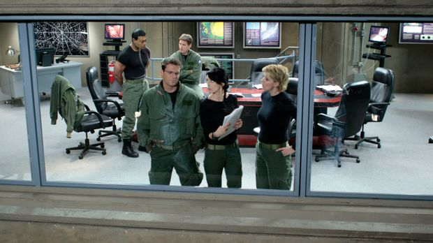 Teal'c (Christopher Judge, l.), Daniel (Michael Shanks, 2.v.l.), Mitchell (Be...