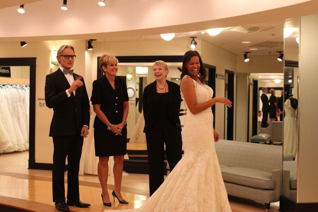 Dawn (r.) sucht ein Kleid für ihre schottische Hochzeit. Monte (l.) und Lori (2.v.l.) sind nicht die einzigen, die hier Styling-Tipps gibt ... - Bildquelle: TLC & Discovery Communications