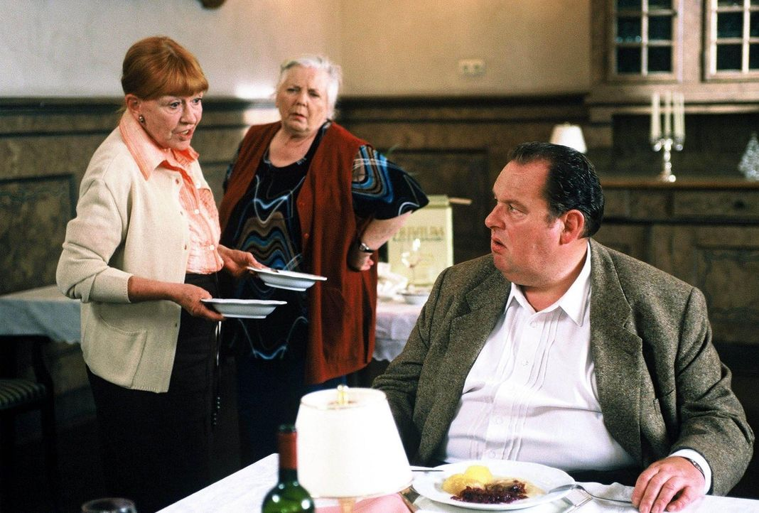 Lotte (Ursula Dirichs, l.), Resi Berghammer (Ruth Drexel, M.) und Benno (Ottfried Fischer, r.) reden über die Tote Margarethe. - Bildquelle: Magdalena Mate Sat.1
