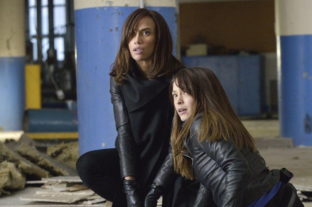 Cat (Kristin Kreuk, l.) und Tess (Nina Lisandrello, r.) versuchen herauszufinden, was Sam mit dem Serum von Muirfiled vorhat ... - Bildquelle: 2013 The CW Network, LLC. All rights reserved.