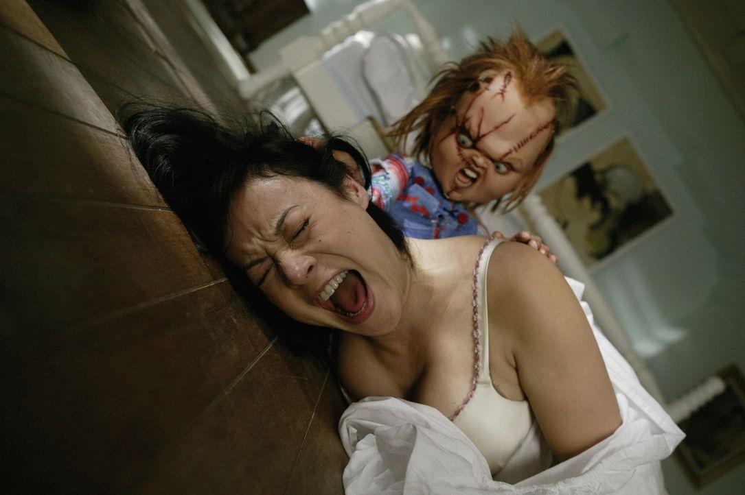 Schon bald lernt Jennifer Tilly, l. Chucky, r. und seine kleine Puppenfamilie viel näher kennen, als ihr lieb ist ... - Bildquelle: Constantin Film