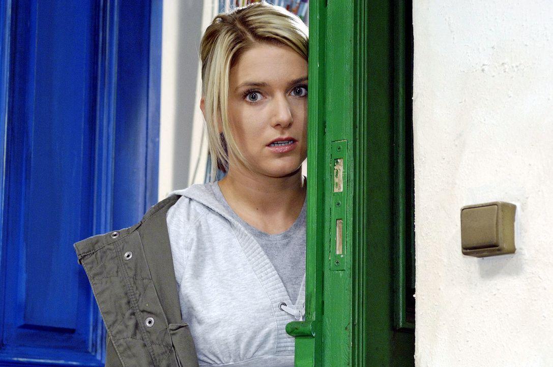Anna (Jeanette Biedermann) versucht sich zu überwinden, um Jonas zu gestehen, dass sie seine heimliche Chatpartnerin ist ... - Bildquelle: Oliver Ziebe Sat.1