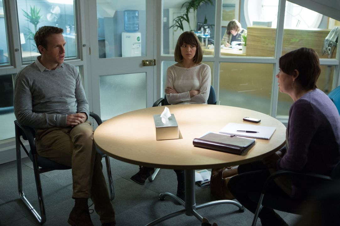 Da kann Nat (Rose Byrne, M.) und Josh (Rafe Spall, l.) auch keine Paartherapeutin (Olivia Colman, r.) mehr helfen - vor allem wenn diese noch nicht... - Bildquelle: Studiocanal GmbH