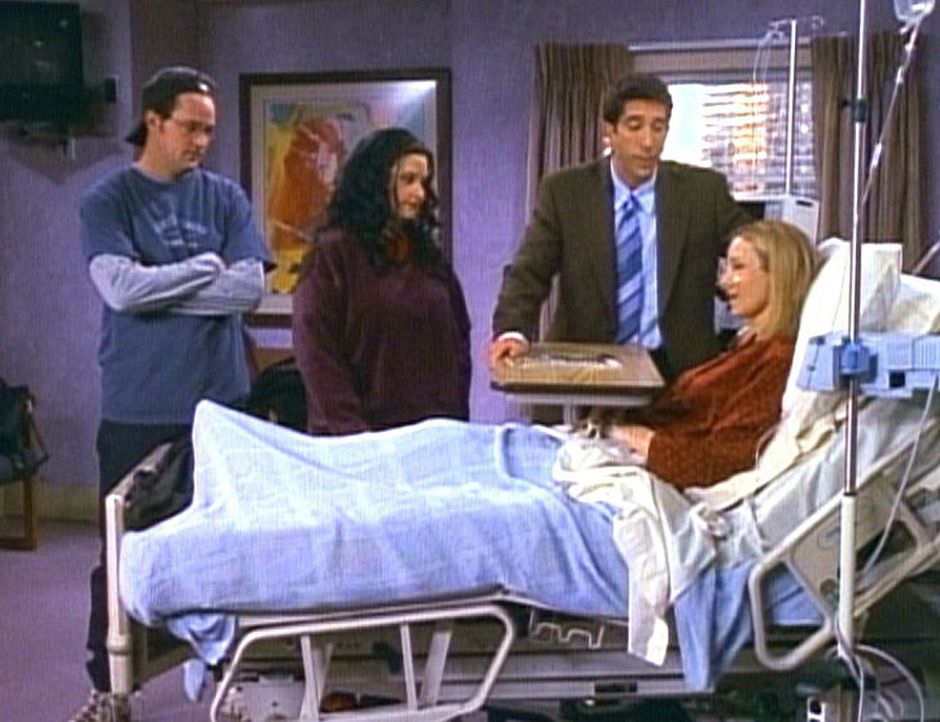 Phoebe (Lisa Kudrow, r.) liegt nach einer Herzattacke im Krankenhaus. Chandler (Matthew Perry, l.), Monica (Courteney Cox, 2.v.l.) und Ross (David S... - Bildquelle: TM+  2000 WARNER BROS.