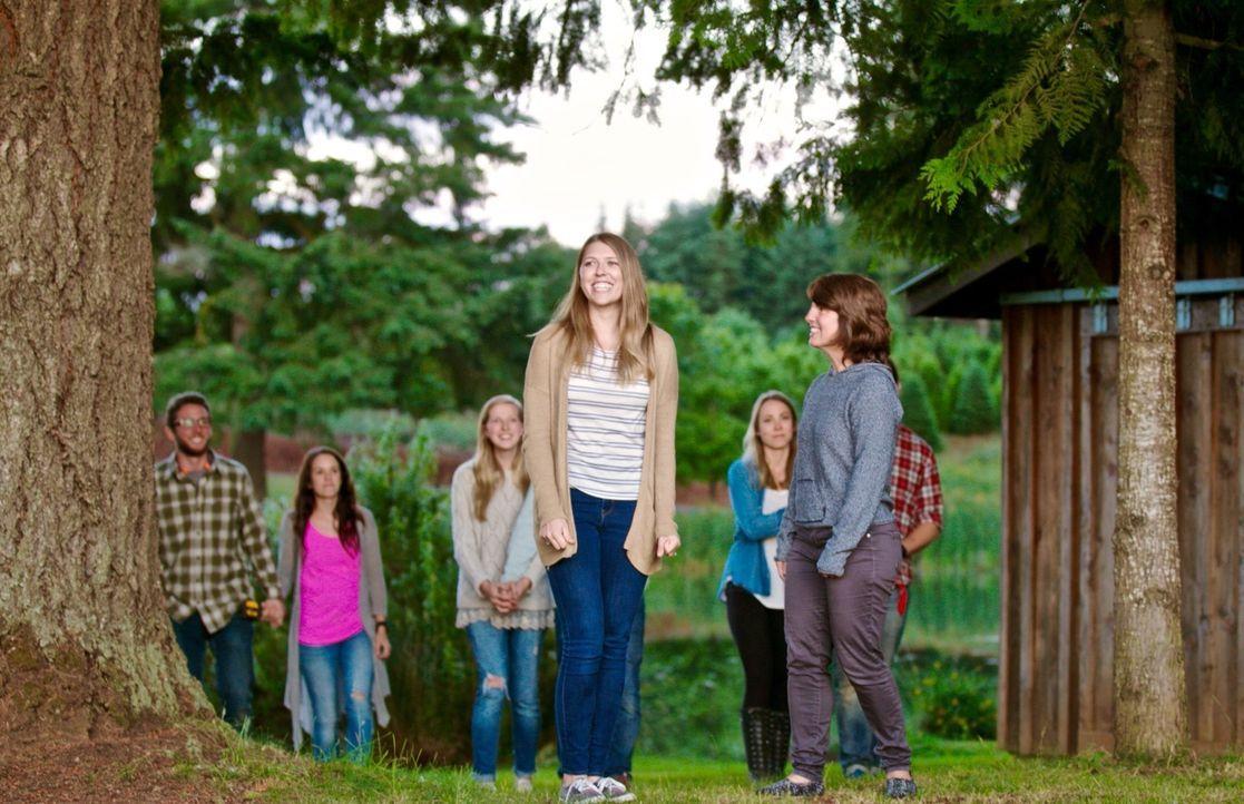 Kelsey (l.) und ihre Mutter (r.) sind hin und weg, als sie sehen, was sich Tiny Heirloom für sie und ihren Verlobten Breck überlegt haben ... - Bildquelle: 2015,HGTV/Scripps Networks, LLC. All Rights Reserved