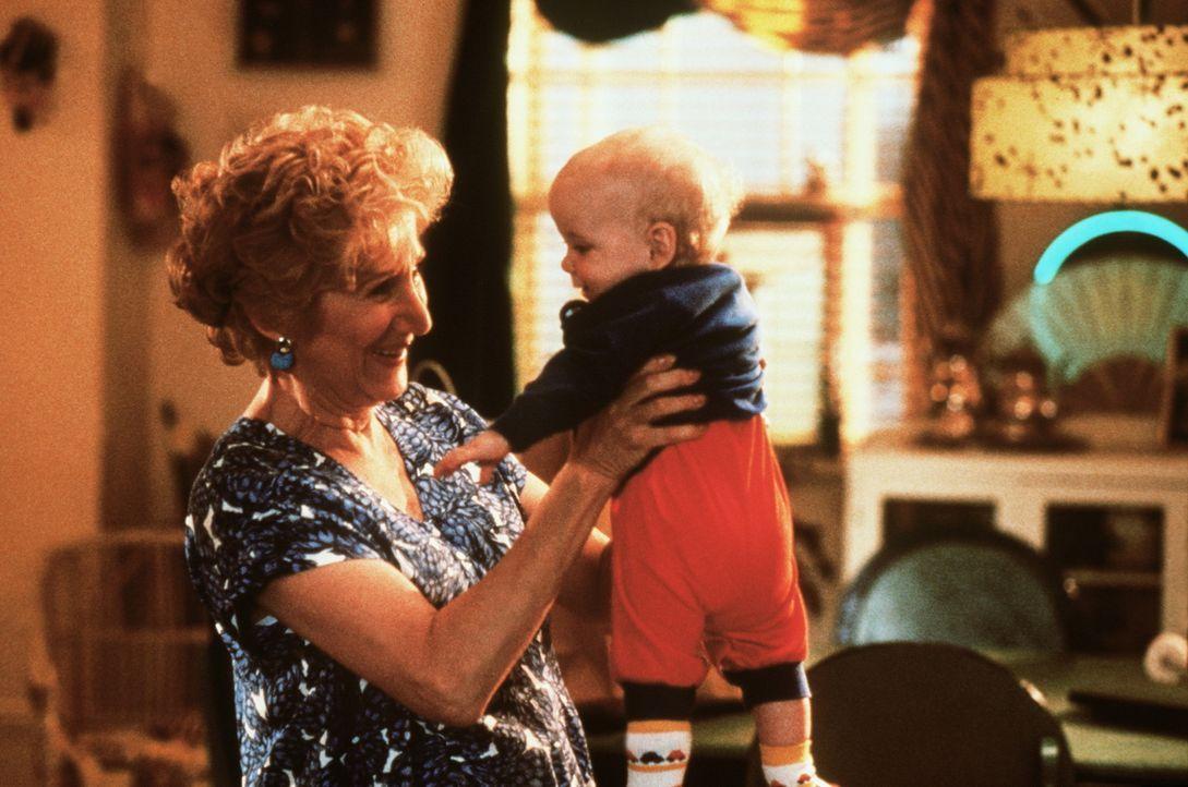 Auch Mollies Mutter Rosie (Olympia Dukakis, l.) ist von ihrem niedlichen Enkel Mikey (Jacob Haines, r.) ganz hingerissen. Doch der freche Kleine mit... - Bildquelle: TriStar Pictures