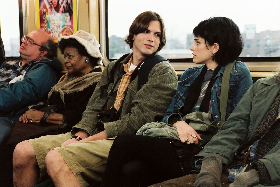 Als der biedere Oliver (Ashton Kutcher, l.) in New York mit seiner Kamera auf Sightseeing-Tour geht, läuft ihm Punkerin Emily (Amanda Peet, r.), di... - Bildquelle: Touchstone Pictures. All rights reserved