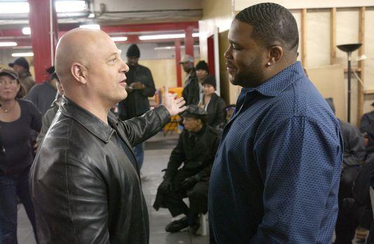 The Shield - Gesetz der Gewalt - Det. Vic Mackey (Michael Chiklis, l.) hat so...