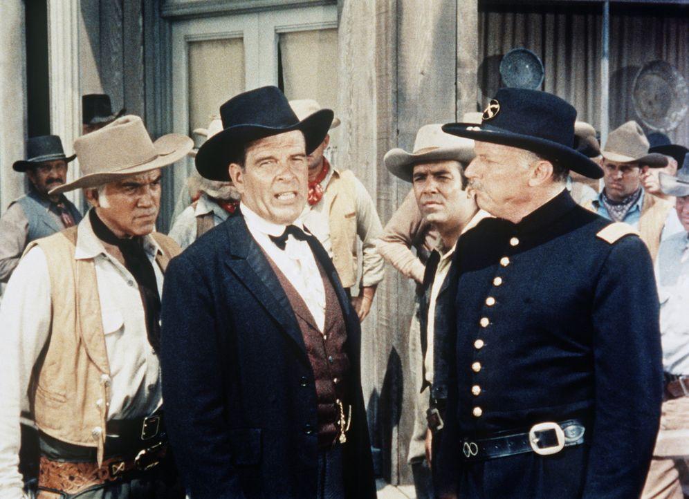 Ben Cartwright (Lorne Greene, l.) ist besorgt, weil mittlerweile die Armee in Virginia City eingetroffen ist, um Krieg gegen die Indianer zu führen. - Bildquelle: Paramount Pictures