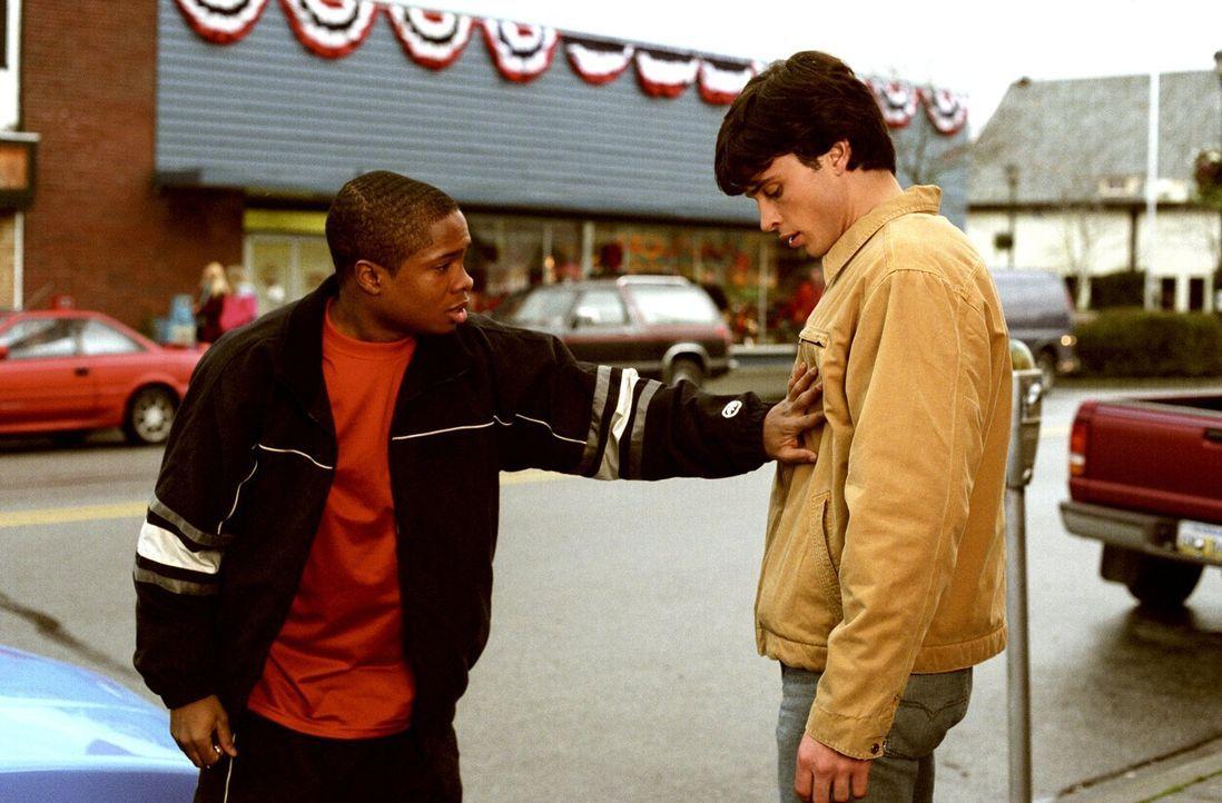 Clark (Tom Welling, r.) erkennt seinen Freund Pete (Sam Jones, l.) kaum wieder - was ist nur mit ihm los? - Bildquelle: Warner Bros.