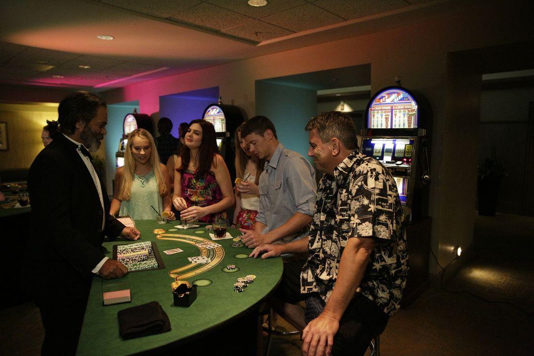 Kein Glück gehabt: In einem Casino auf Aruba trifft Natalee Holloway (2.v.l.) am Pokertisch ihren Mörder Joran van der Sloot (2.v.r.). Sie findet Ge... - Bildquelle: 2015 AMS Pictures All Rights Reserved