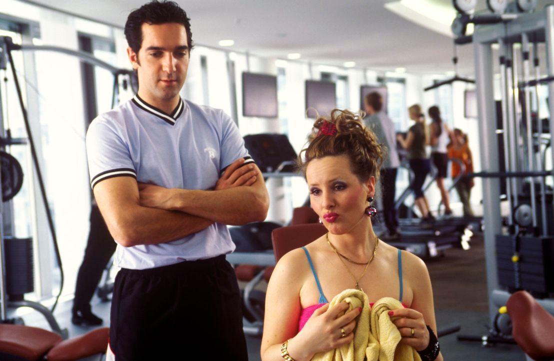 Natürlich ist die Mitgliedschaft in einem Fitness-Studio nicht gerade preiswert. Aber sich deshalb illegal hineinschmuggeln? Das muss ja schief gehe... - Bildquelle: Guido Engels Sat.1