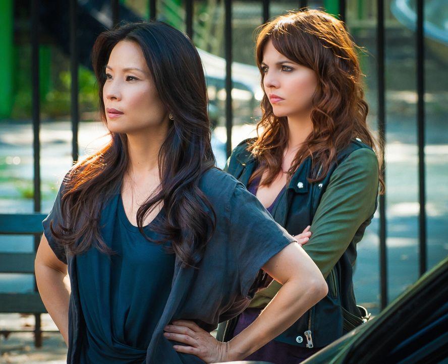 Ermitteln in einem neuen Fall: Watson (Lucy Liu, l.) und Sherlocks neue Praktikantin Kitty (Ophelia Lovibond, r.) ... - Bildquelle: CBS Television