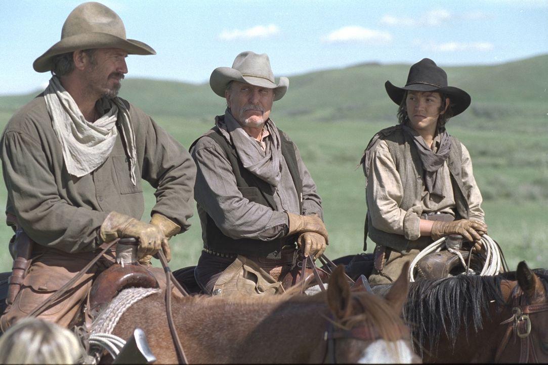 Boss Spearman (Robert Duvall, M.), Charlie Waite (Kevin Costner, l.), Mose und der sechzehnjährige Button (Diego Luna, r.) ziehen mit ihrer Vieherd... - Bildquelle: Touchstone Pictures