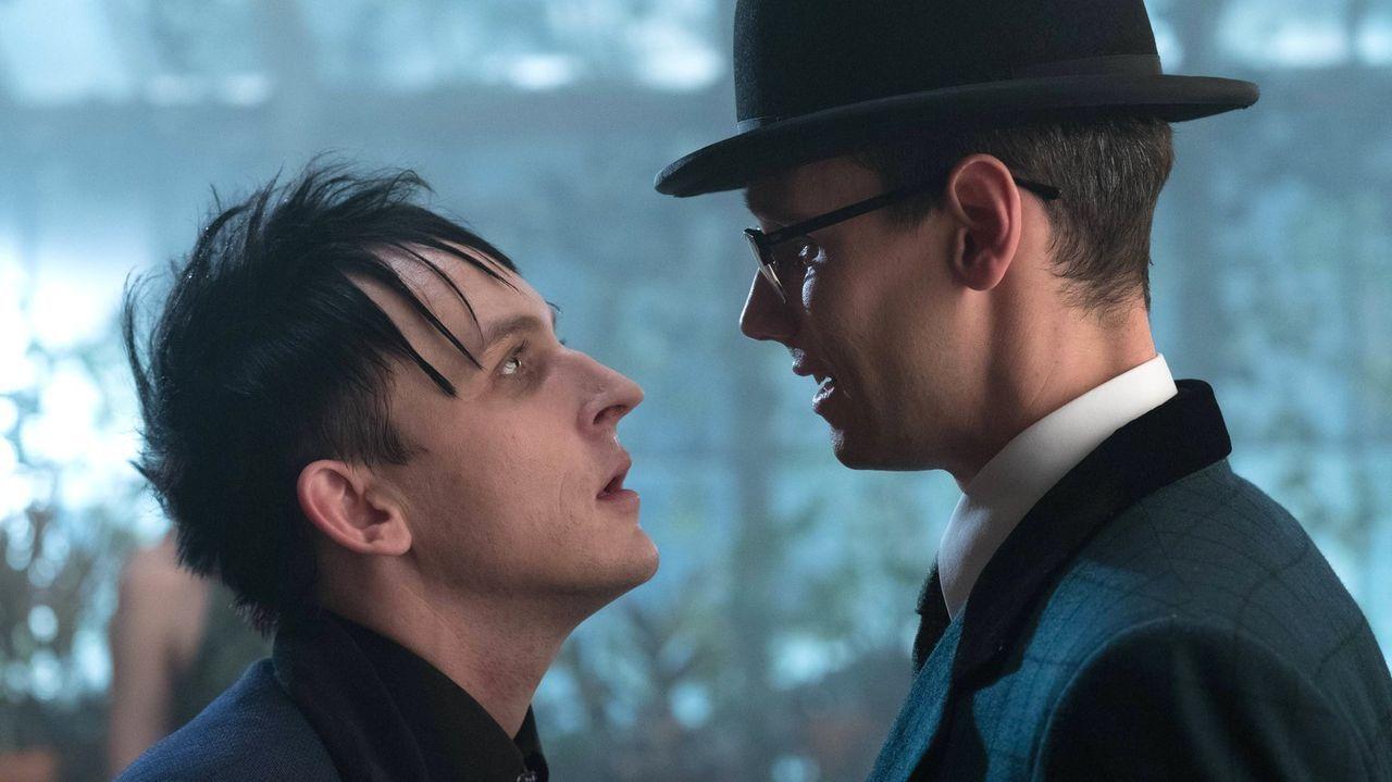 Nachdem Nygma (Cory Michael Smith, r.) auf Pinguin (Robin Lord Taylor, l.) geschossen hat, geraten die beide erneut heftig aneinander ... - Bildquelle: Warner Brothers