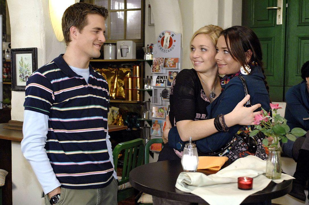 Lars (Alexander Klaws, l.) ist erleichtert, dass sich Lily (Jil Funke, M.) und Paloma (Maja Maneiro, r.) wieder vertragen haben. - Bildquelle: Oliver Ziebe Sat.1