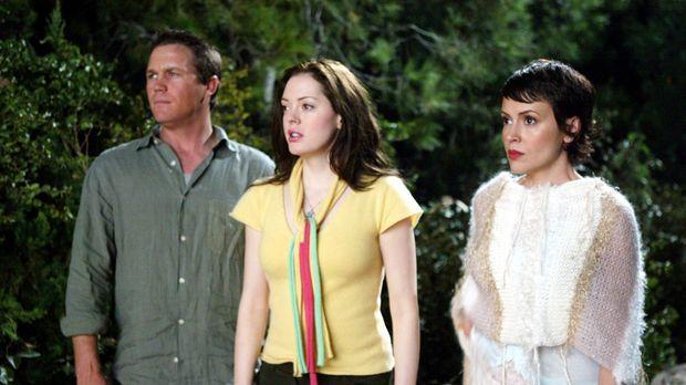 Phoebe (Alyssa Milano, r.) und Paige (Rose McGowan, M.) rufen Leo (Brian Krau...
