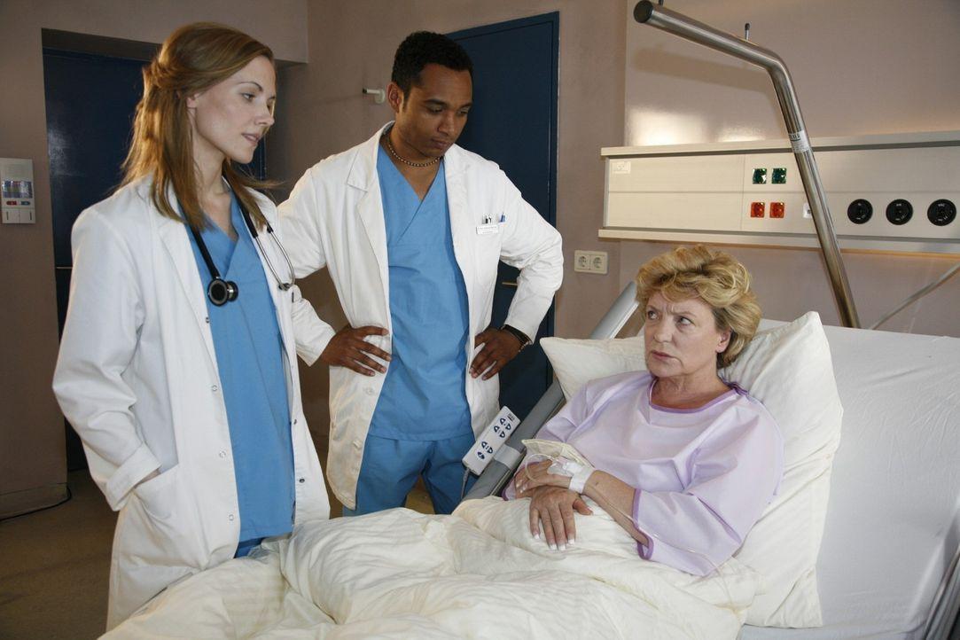 Luisa (Jana Voosen, l.) und Solomon (Toks Körner, M.) kümmern sich um die Patientin Hanna Ahrens (Peggy Lukac, r.), die einen schweren Verkehrsunf... - Bildquelle: Mosch Sat.1