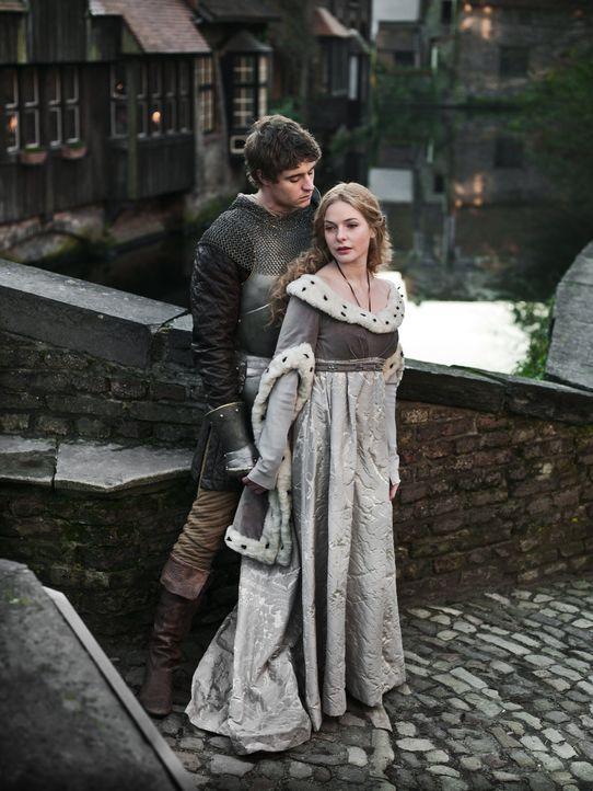 (1. Staffel) - König Edward IV (Max Irons, l.) verliebt sich unsterblich in die schöne Elizabeth Woodville (Rebecca Ferguson, r.). Die Sache hat nur... - Bildquelle: 2013 Company Television Limited LEGAL
