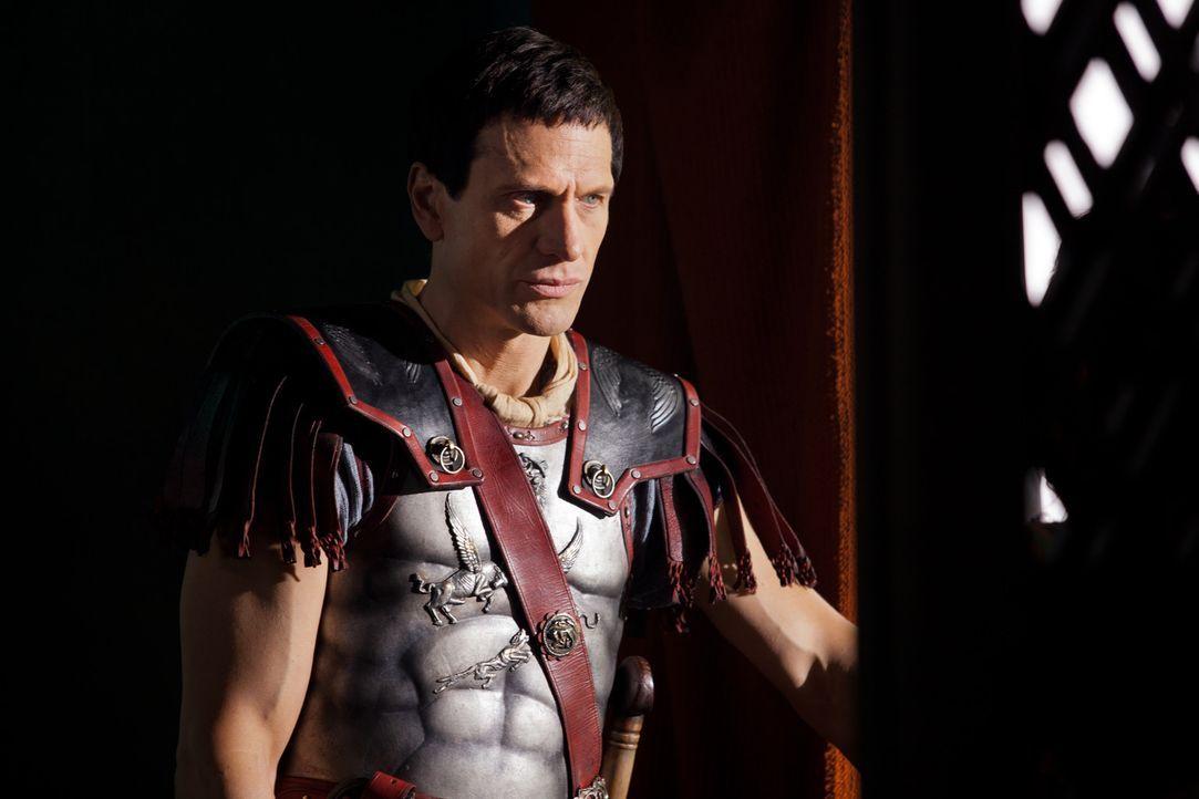Crassus (Simon Merrells) ahnt nicht, dass sein Sohn Tiberius seine Geliebte vergewaltigt hat und beauftragt ihn, eine Feier zu Ehren eines Mannes zu... - Bildquelle: 2012 Starz Entertainment, LLC. All rights reserved.