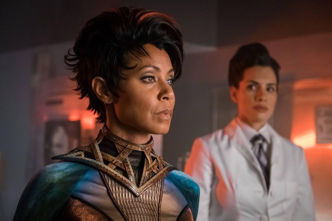 Doktor Strange lässt Fish Mooney (Jada Pinkett Smith, l.) wiederbeleben. Nachdem sie wieder auferstanden ist, will er ihr eine neue Persönlichkeit e... - Bildquelle: Warner Brothers