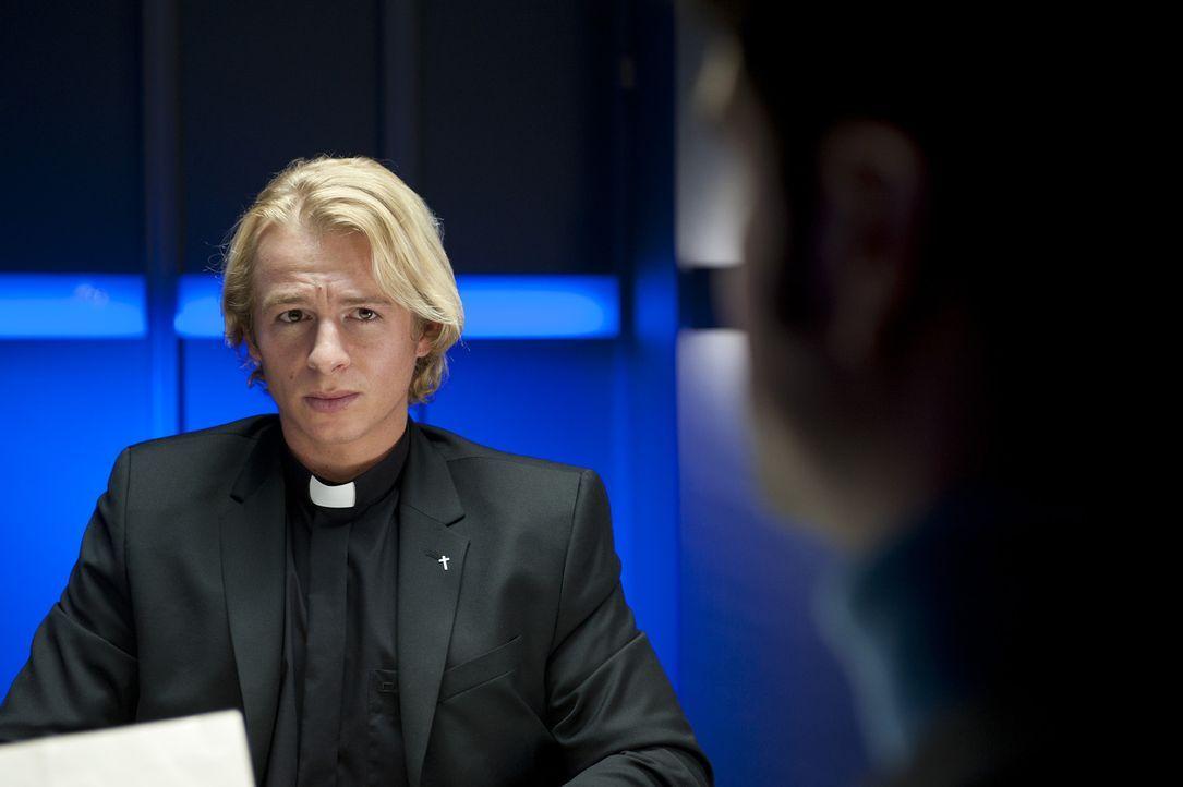 """""""Diakon Bernd Fischer (Daniel Roesner) ist über jeden Zweifel erhaben"""", meint die Pfarrgemeinderatsvorsitzende. Mick und Andreas sind da anderer Mei... - Bildquelle: Martin Rottenkolber SAT.1"""