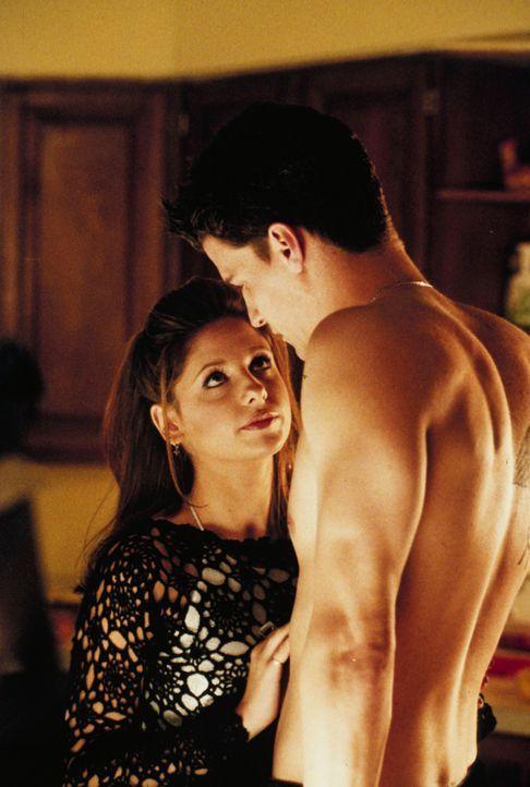 Noch immer weiß Buffy (Sarah Michelle Gellar, l.) nichts über die Herkunft des geheimnisvollen Angel (David Boreanaz, r.), der immer dann zur Stelle... - Bildquelle: TM +   2000 Twentieth Century Fox Film Corporation. All Rights Reserved.